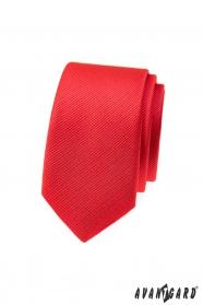 Wąski krawat w kolorze czerwonym
