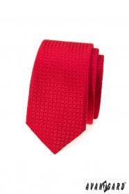 Wąski krawat w czerwoną kratkę