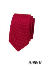 Czerwony wąski krawat z fakturą powierzchni