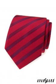 Czerwony krawat w niebieskie paski