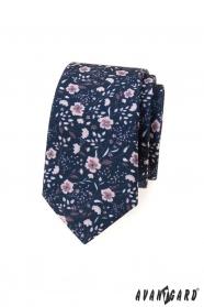 Wąski niebieski krawat w różowe kwiaty