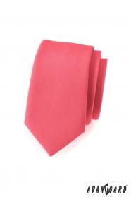 Wąski krawat w matowym kolorze koralowym
