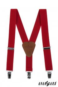 Czerwone szelki chłopiec z brązową skórą i metalowymi klipsami