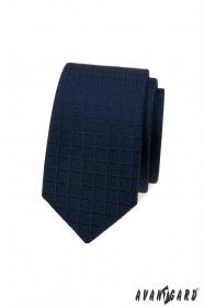 Niebieski wąski krawat o kwadratowej strukturze
