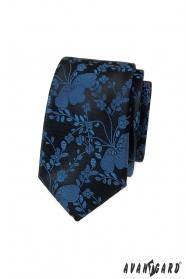 Wąski krawat z niebieskim wzorem